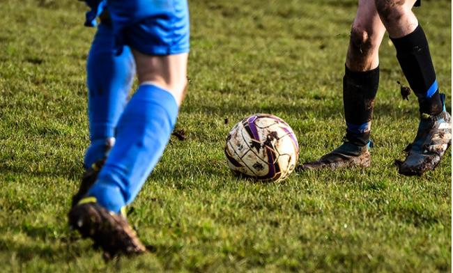calcio pallone palla due erba fango piedi